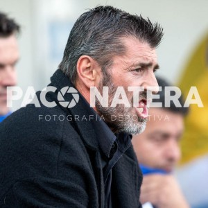El técnico del San Rafael da instrucciones a sus jugadores durante el partido.