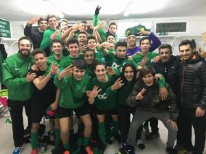 El equipo verdinegro celebra el trinfo mostrando tres dedos.