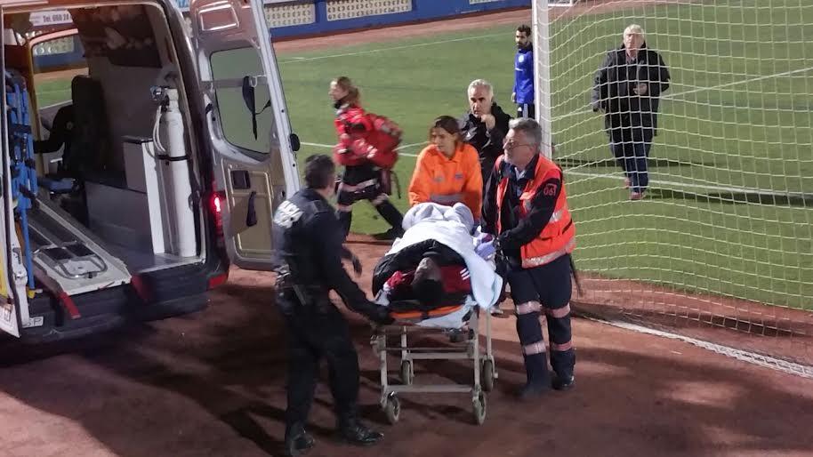 Momento en el que los profesionales sanitarios trasladan al jugador senegalés a la ambulancia.