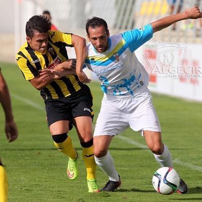 El futbolista ibicenco del San Roque de Lepe disputa un balón con un jugador del Algeciras.