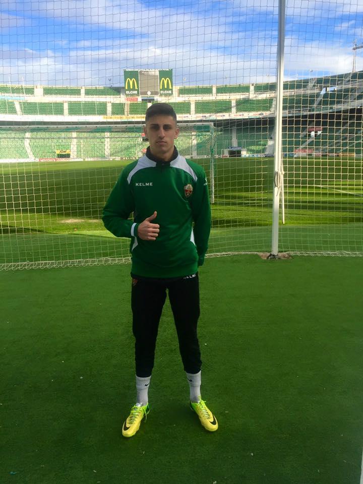 El portero, de 20 años, posa en el Vicente Valero, estadio del Elche.