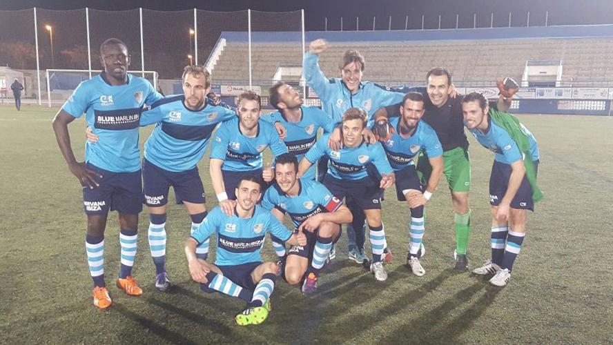 Algunos jugadores del Ciudad de Ibiza celebran el título después del partido.