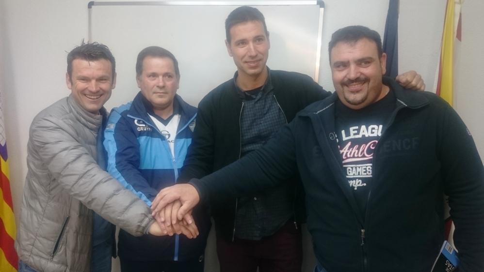 Álex Arabí (San Rafael), Ángel Nadal (Ciudad de Ibiza), Buti (UD Ibiza) y Juan Vicente Roig (CD Ibiza) se desean suerte tras el sorteo.