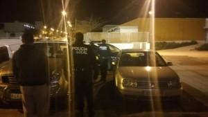 Coches y agentes de la Policía Nacional y Local en el exterior del recinto deportivo de Can Cantó