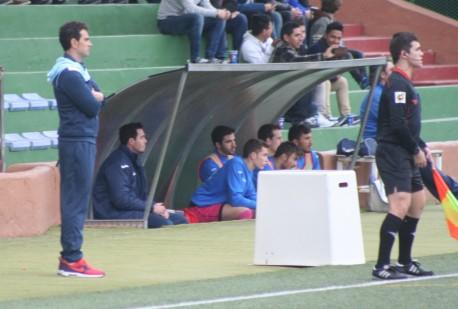 El entrenador de la Peña contempla el juego de su equipo.