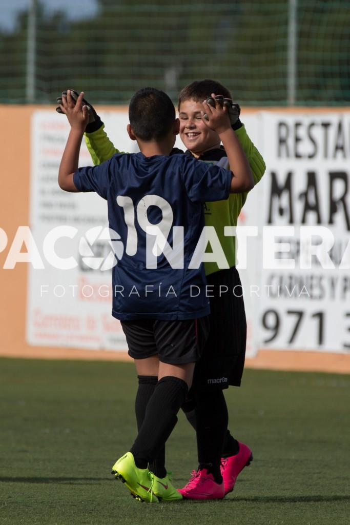 Dos jugadores del Formentera celebran un gol.