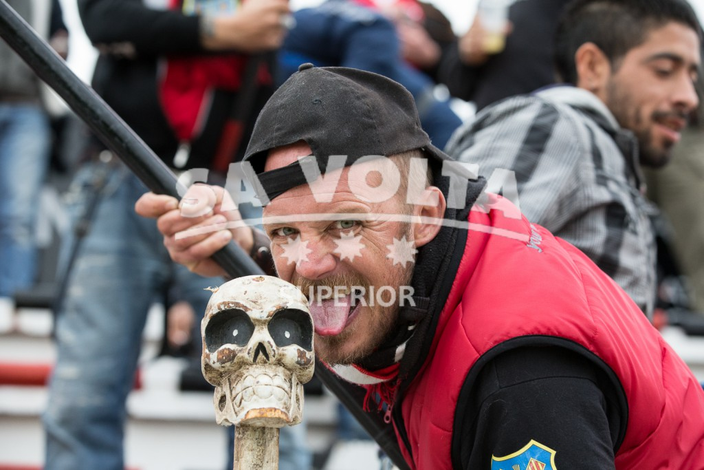 Un aficionado del Formentera besa a  una carabela.