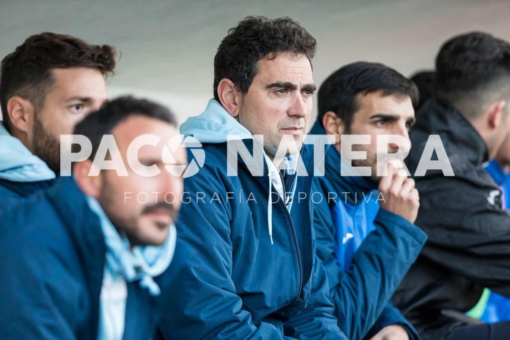 El entrenador de la Peña observa a su equipo desde el banquillo.