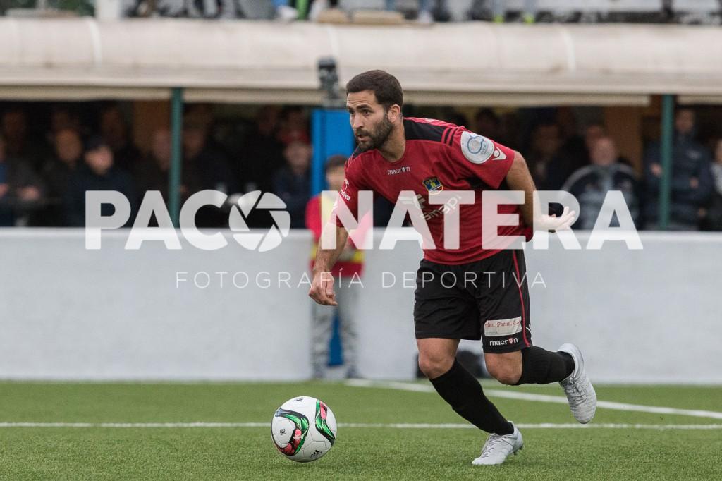 Imanol conduce el balón durante el derbi frente a la Peña Deportiva.