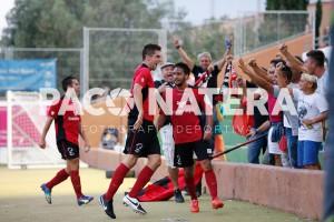Górriz festeja con su afición un gol en el encuentro de Santa Eulalia.
