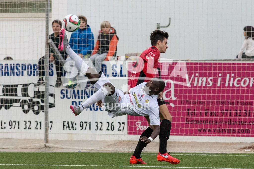 Acrobático remate a portería del jugador de la Peña Winde (Fotos: Paco Natera Fotografía Deportiva).