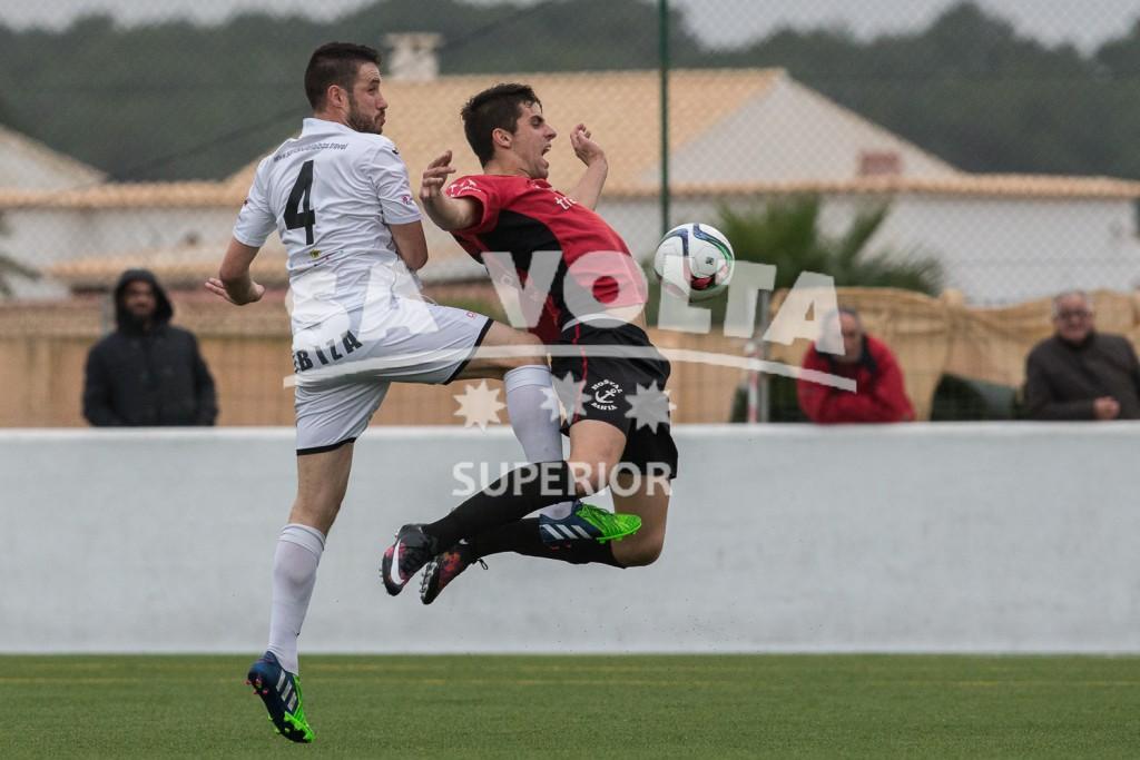 Górriz trata de controlar la pelota ante la presión de Rubén Martínez.