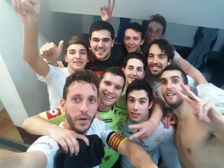 Los jugadores de la Peña FS celebran en el vestuario la victoria ante el Montcada. Foto: Facebook