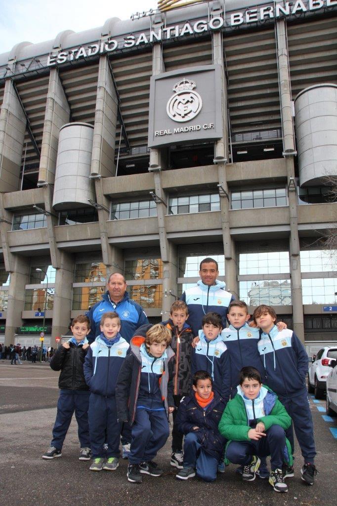 El prebenjamín A de la Peña Deportiva posa frente al Santiago Bernabéu.