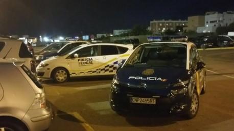 Vehículos policiales en la entrada del recinto deportivo esta tarde.