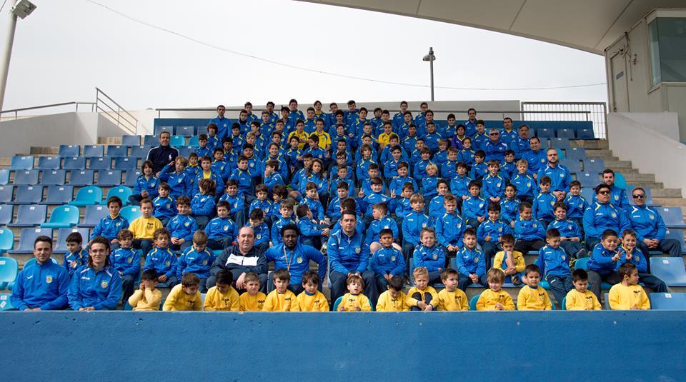 Los jugadores del club posan para la foto de familia (Foto: Facebook Rápid CF).