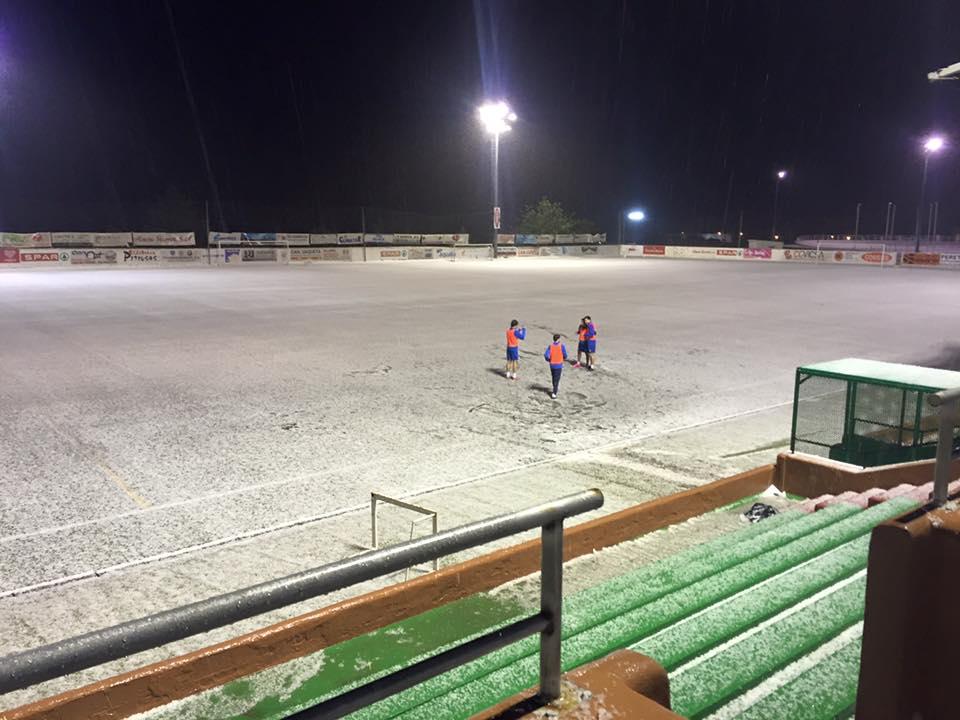 Un manto blanco de granizo cubrió todo el rectángulo de juego (Foto: Facebook SCR Peña Deportiva).