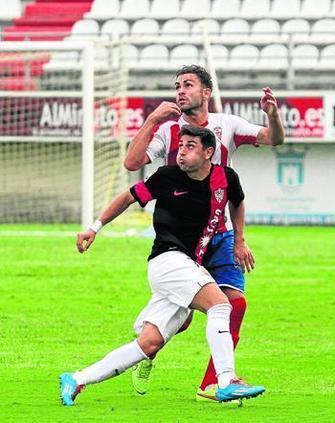 Suso defiende una jugada con el Algeciras (Foto: Europa Sur).