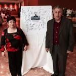 Miguel Gurupa y su señora posan con la camiseta firmada por todos los amigos del exjugador.