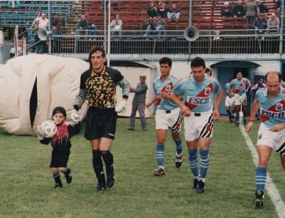 Un pequeño Matías salta a la cancha de la mano de su padre, el 'Flaco' Vivaldo, cuando jugaba en Chacaritas.