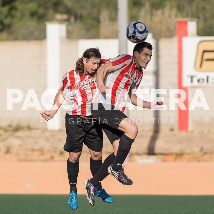 El centrocampista cabecea un balón junto a Rubio en un partido con el Jesús.