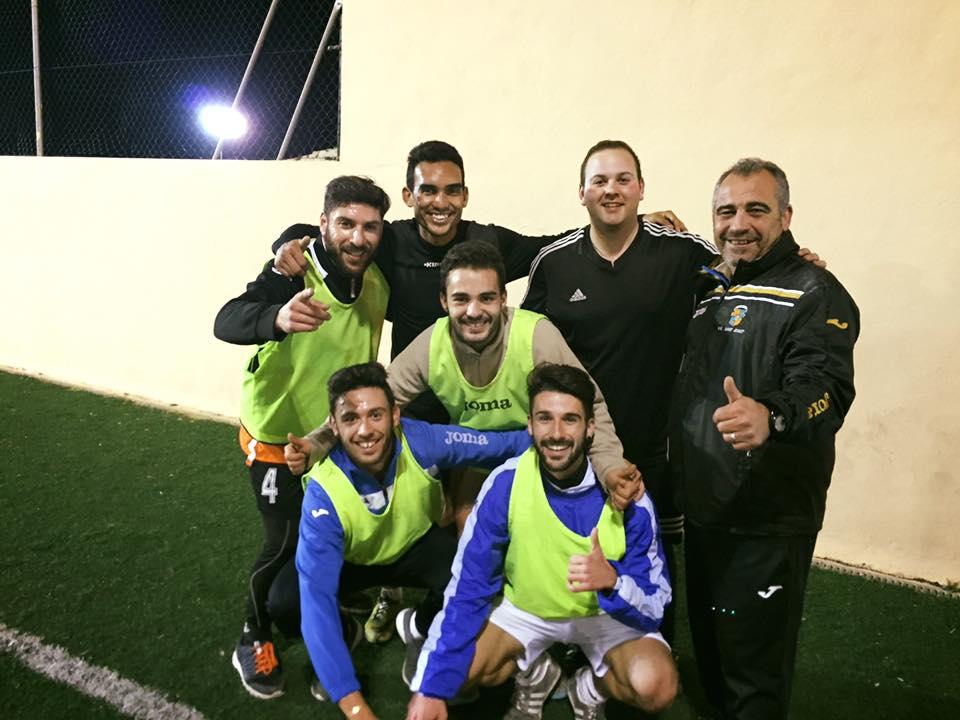 El entrenador del San José, rodeado de varios jugadores de su equipo.