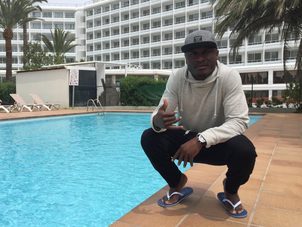 El flamante fichaje del City posa en la piscina de los apartamentos de Playa d'en Bossa donde se hospeda (Fotos: Paco Natera).