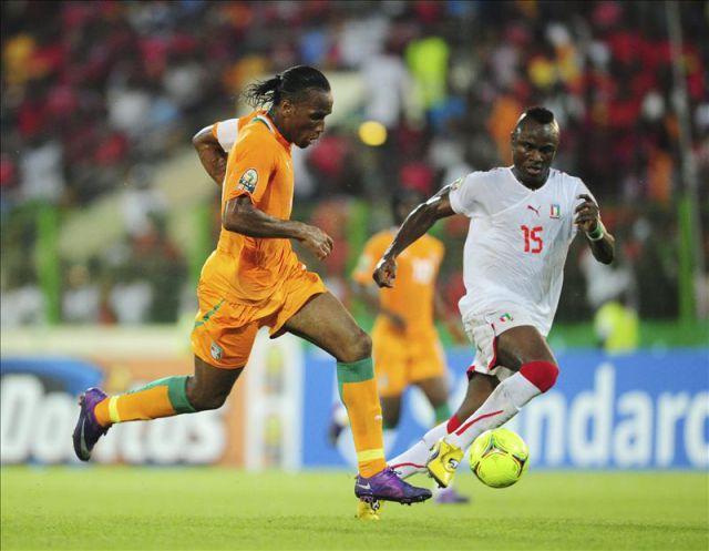 El jugador de Costa de Marfil, Didier Drogba (i), lucha por el balón ante el jugador de Guinea Ecuatorial, Lawrence Doe, durante el partido de la Copa de Naciones de África disputado en Malabo, Guinea Ecuatorial en 2012. EFE