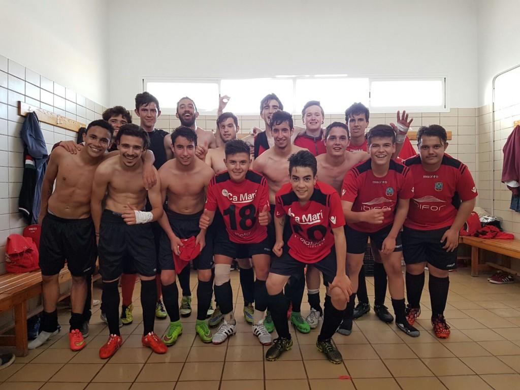 El equipo formenterense posa para el fotógrafo Kevin Cabezuelo en el vestuario tras conseguir la Liga.