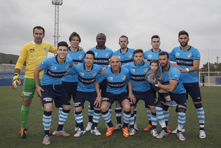 Equipo titular que presentó el Ciudad de Ibiza. Reales sostiene para la foto a un incondicional fan del equipo (Foto: Paco Natera).