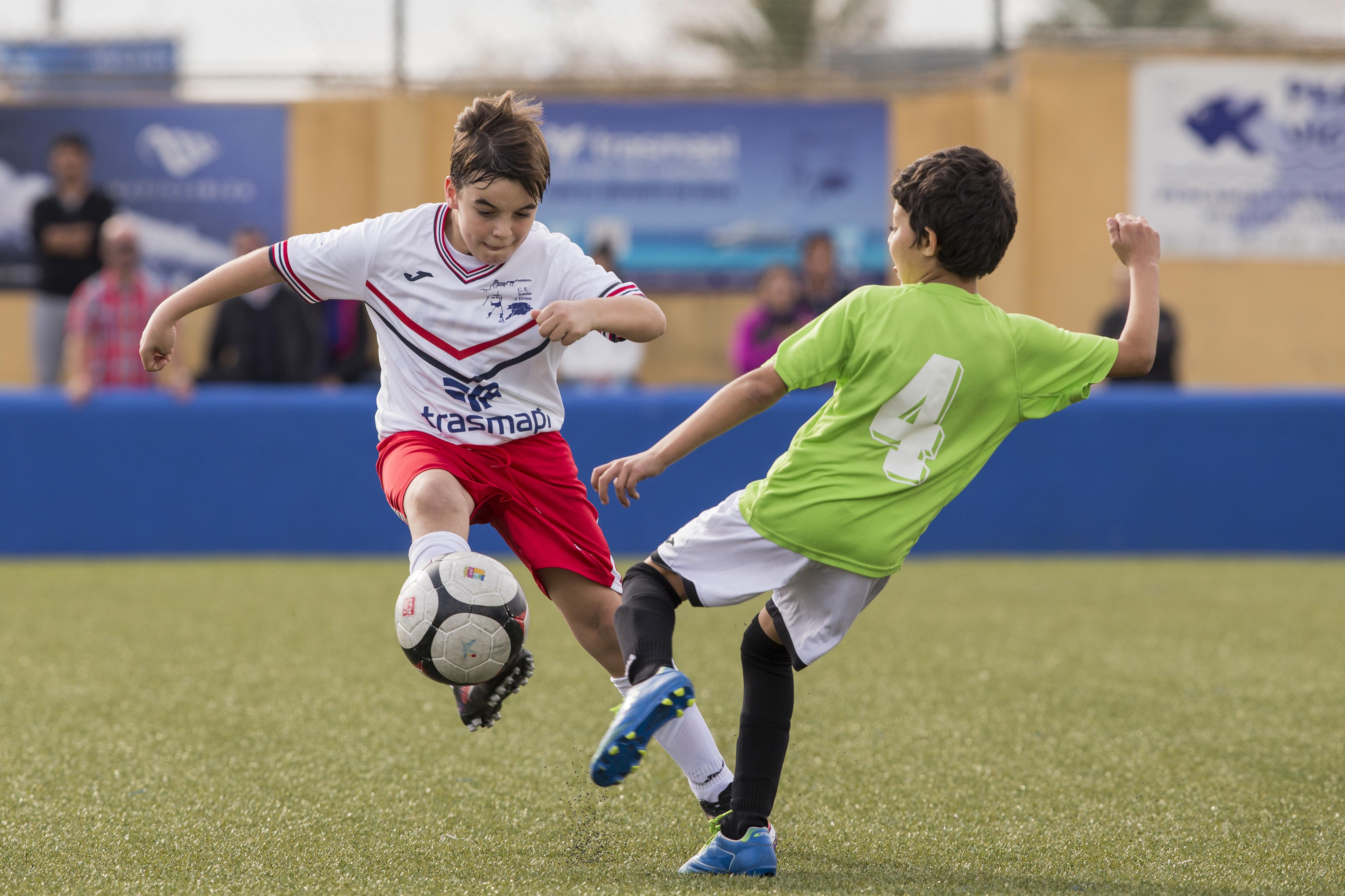 Imagen de un partido de fútbol base de esta temporada (Foto: Paco Natera).