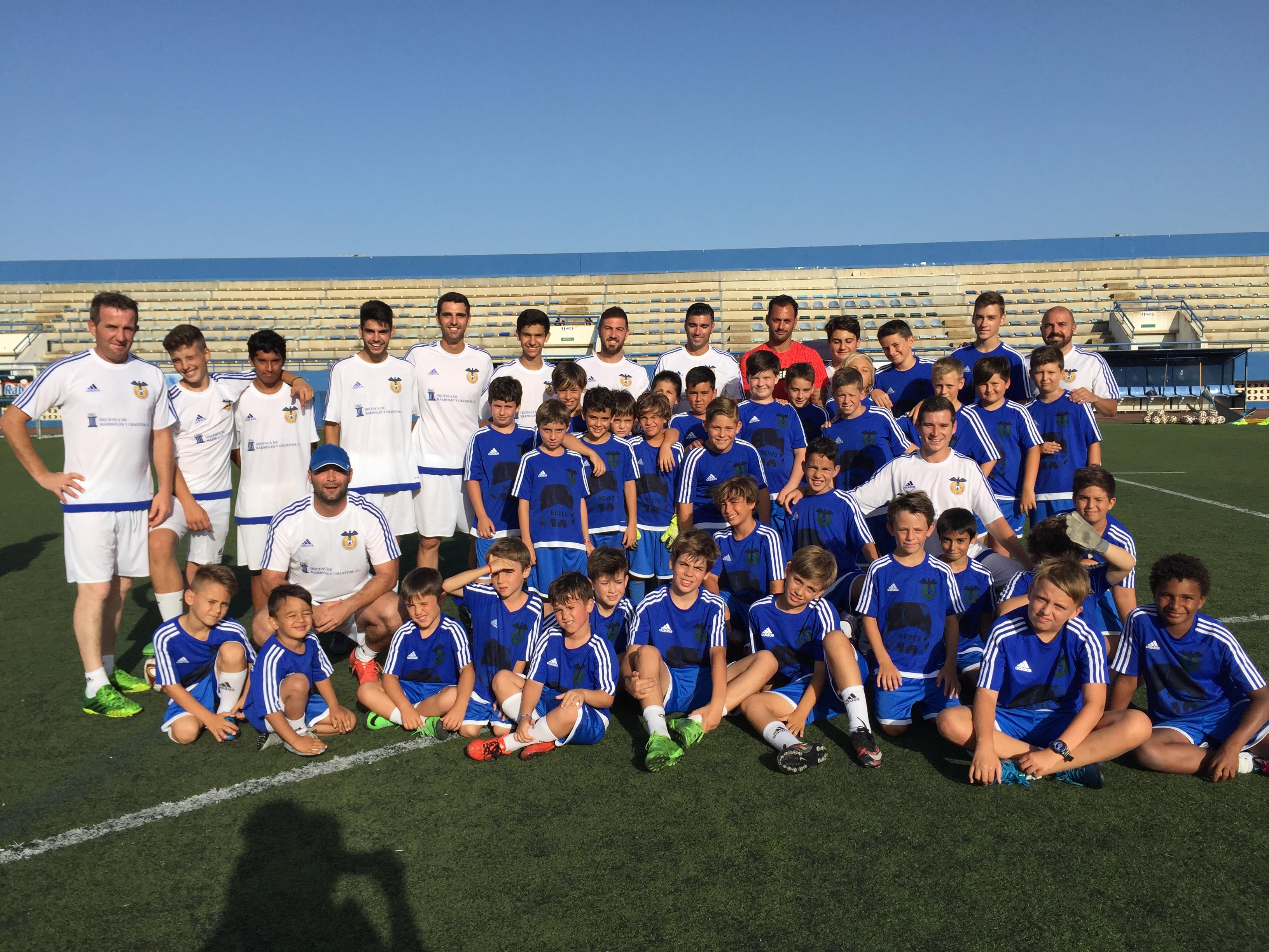 Foto de familia de todos los participantes que han difrutado y aprendido en el Campus organizado por el Rápid (Foto: Paco  Natera).