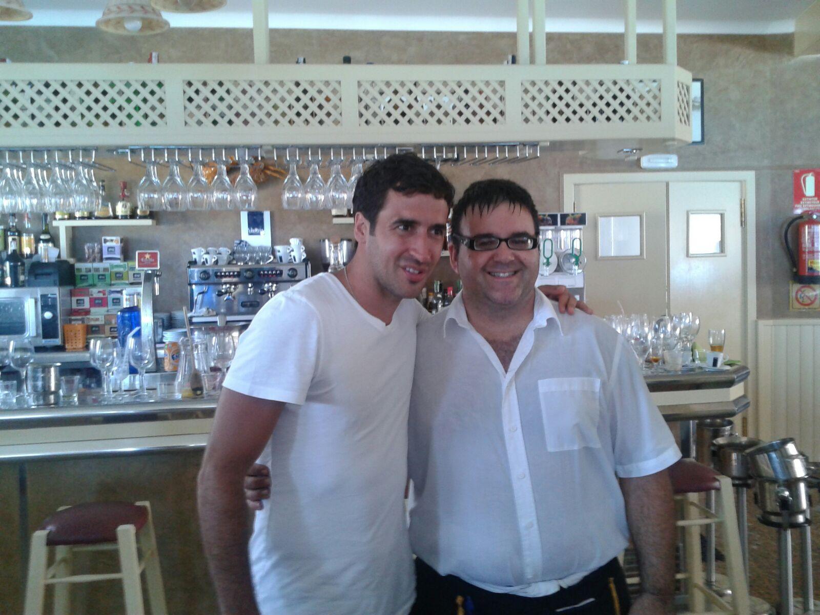 Raúl González, cliente de Can Rafalet, posa con el camarero.