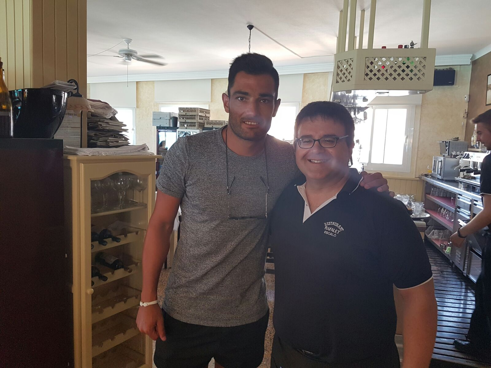 Antonio Adán comió en Can Rafalet ayer lunes y se hizo una foto para el recuerdo con José Miranda.
