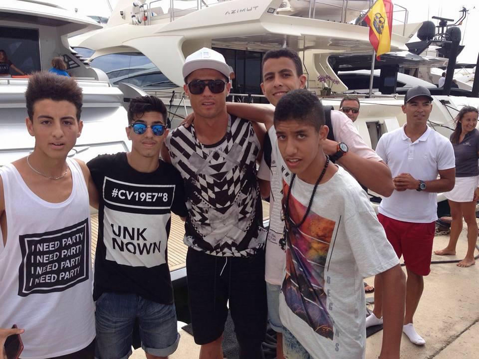 Nassim y sus amigos cazaron esta mañana al crack portugués en un puerto deportivo (Foto: Fútbol Pitiuso).