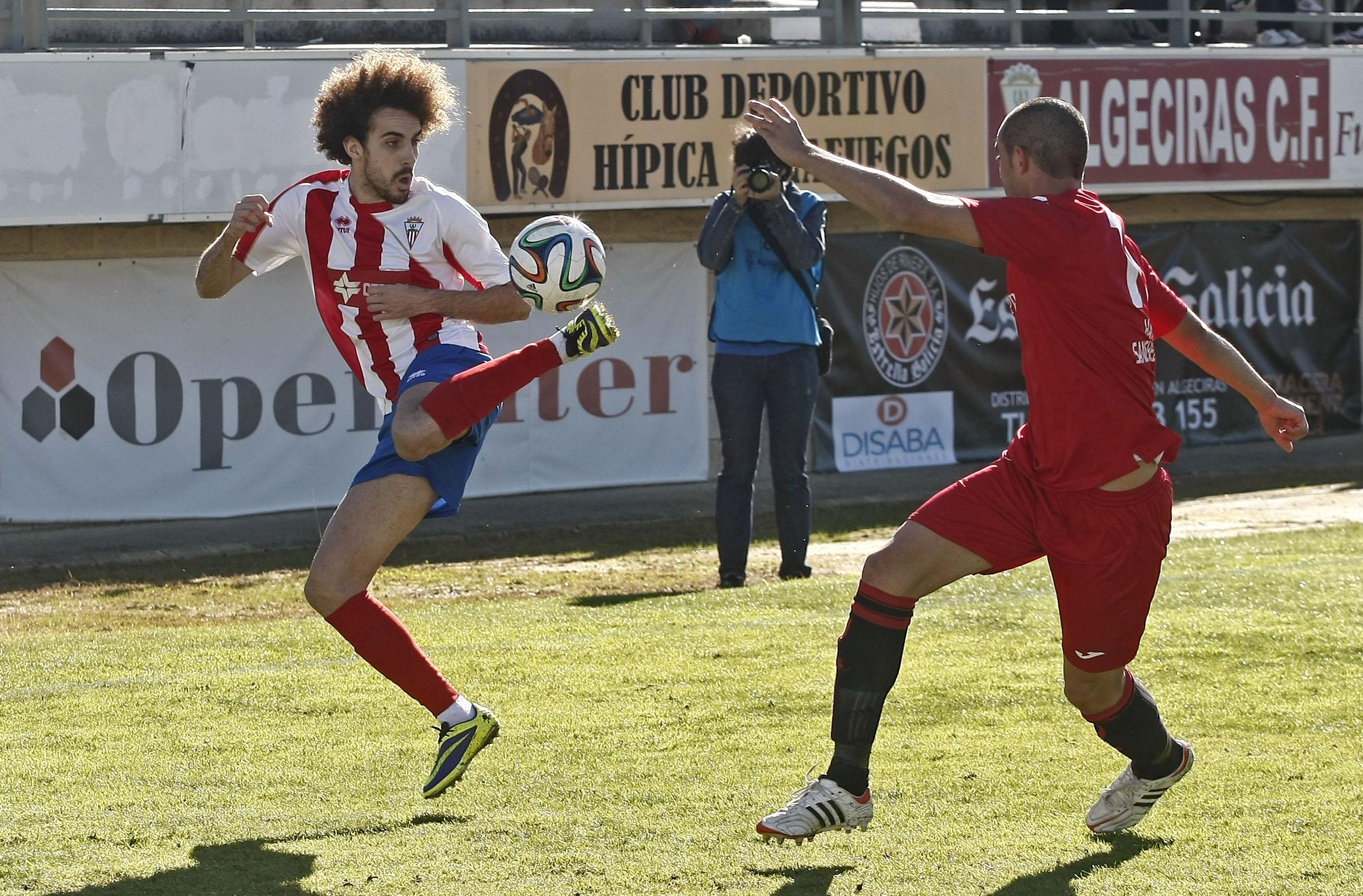 Willy controla el balón de manera acrobática en un partido de la pasada temporada con el Algerciras (Fotos: Europa Sur)