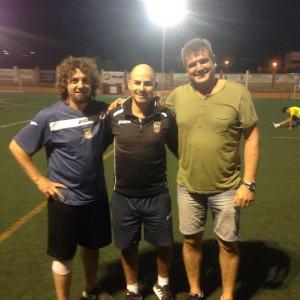 Walter, en el centro, posa con Óscar (i) y José, el delegado del equipo (Foto: Fútbol Pitiuso).