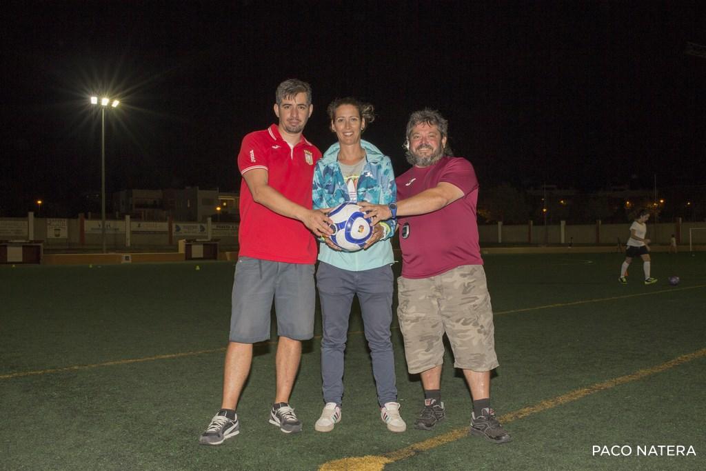 Willy, primer entrenador (i), Rebeca Poyatos, delegada y Diego Ribas, segundo técnico, se muestran ilusionados ante el nuevo proyecto deportivo del club.