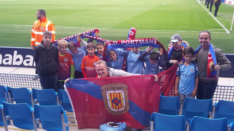 Los portmanyistas despliegan orgullosos banderas y bufandas en el campo del Manchester City (Foto: SD Portmany).