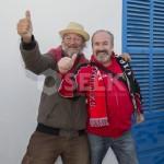 Dos hinchas del Formentera posan con mucho arte para la cámara de Fútbol Pitiuso.