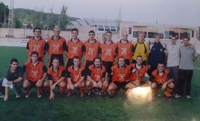 Plantilla del Sant Josep de la temporada 2003-2004, un año antes de que batiera el récord de los 12 partidos seguidos cosechando victorias (Foto: Fútbol Pitiuso).