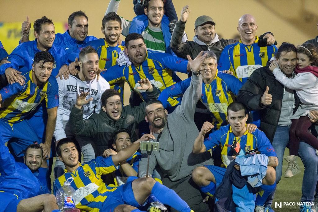 Los jugadores del Inter Ibiza festejan después del partido la victoria frente a la UD Ibiza y su clasificación para disputar la Preferente.