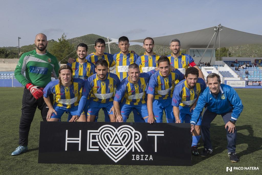 El Profe Martín posa con los jugadores del Inter Ibiza.