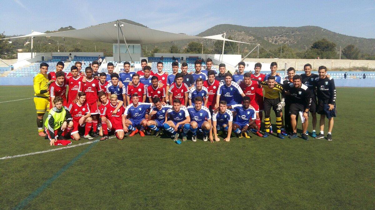 San José y UD Ibiza, dos clubes hermanos, posan en una foto para el recuerdo.