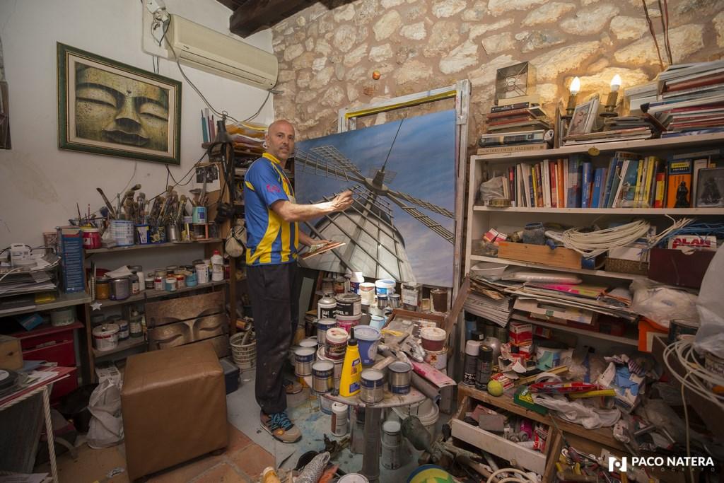 El defensa del Inter, en su taller de pintura.
