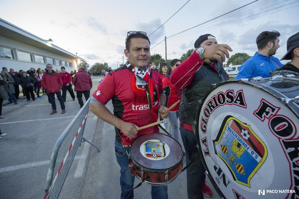 Uno de los miembros de la bulliciosa hinchada del Formentera hace redoblar la caja durante un pasacalles que protagonizó La Gloriosa antes del partido entre el Formentera y el Sevilla.