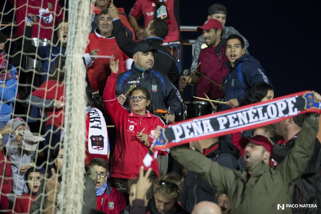 Alicia Ávila se deja la garganta siempre que anima al Formentera. La seguidora argentina, en el centro de la imagen. durante el partido de Copa del Rey ante el conjunto sevillista.