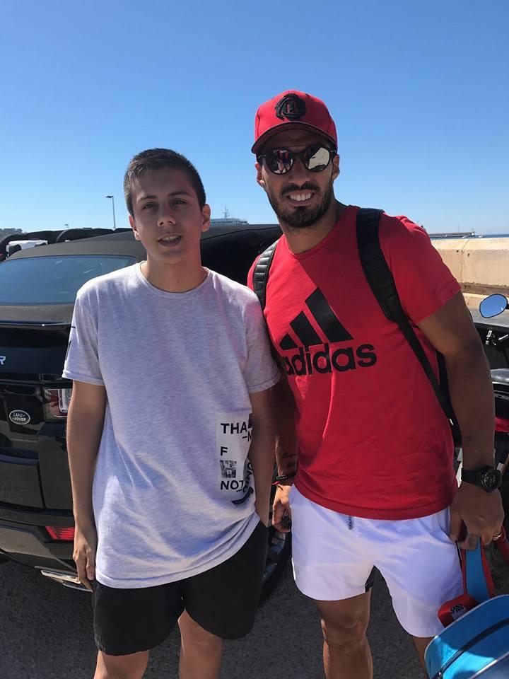 El uruguayo Luis Suárez se hace una foto con Adrián (Foto: Facebook).