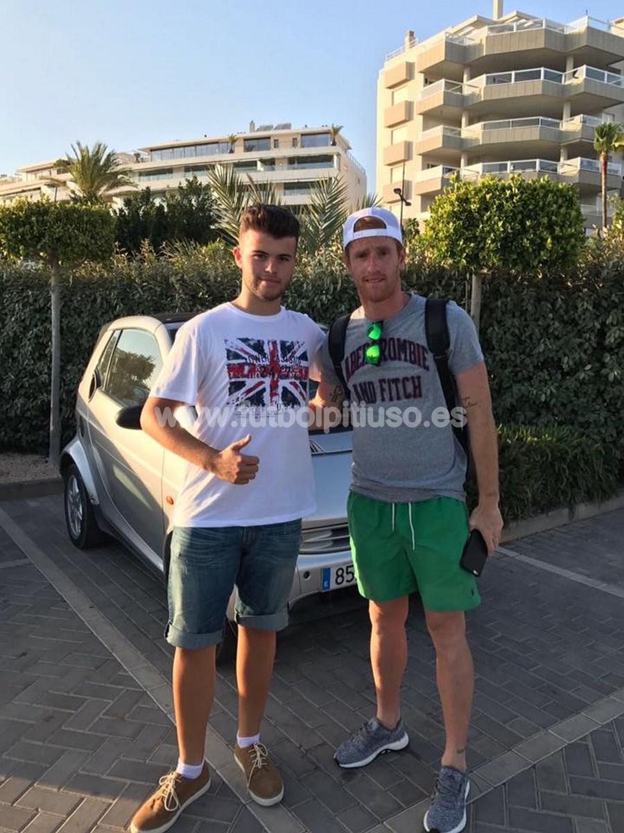 El cazafutbolistas se hace una foto con Álex, hermano de Nacho que juega en el Elche.