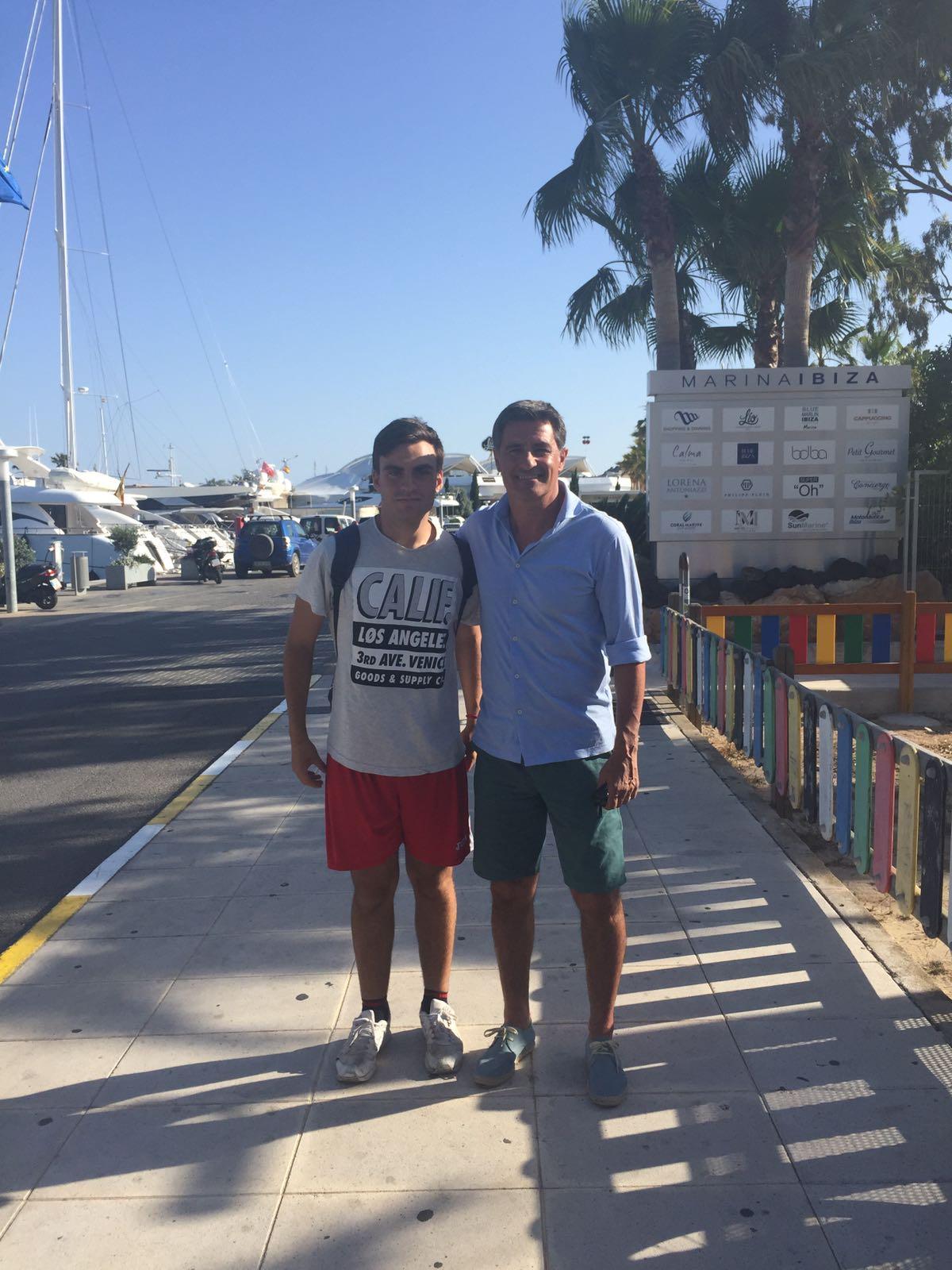 El entrenador del Málaga Míchel no ha podido zafarse de Manu, el joven futbolista del Insular (Foto: Fútbol Pitiuso).